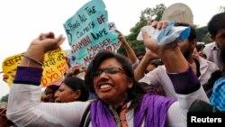 Người tụ họp bên ngoài tòa án ở New Delhi 13/9/13 chờ nghe bản án. Tòa tuyên án tử hình 4 bị can, một quyết định mà thẩm phán nói rằng chuyển đi thông điệp cho xã hội rằng một tội ác dã man như vậy không thể dung thứ