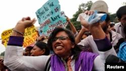 13일 인도 뉴델리 지방법원에서 여대생 성폭행 살해범들에 대한 선고공판이 열린 가운데, 법원 밖에서 사형을 요구하는 시위가 벌어졌다.