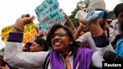 지난해 9월 인도 뉴델리 지방법원에서 여대생 성폭행 살해범들에 대한 선고공판이 열린 가운데, 법원 밖에서 사형을 요구하는 시위가 벌어졌다. (자료사진)