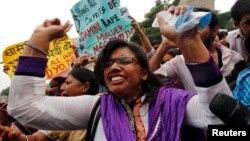 Slavlje izvan sudnice u Nju Delhiju nakon izricanja smrtne kazne četvorici muškaraca osuđenih za prošlogodišnji brutalni napad