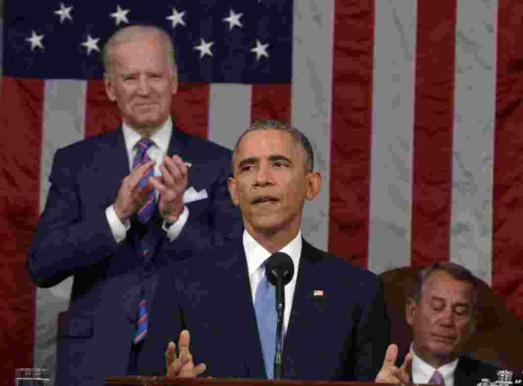 លោកប្រធានាធិបតី បារ៉ាក់ អូបាម៉ា ថ្លែងសុន្ទរកថាស្តីពីស្ថានភាពប្រទេសជាតិនៅមុខសមាជិករដ្ឋសភាដែលមានវត្តមាននៅរដ្ឋសភាអាមេរិក កាលពីថ្ងៃទី២០ ខែមករា ឆ្នាំ២០១៥ នៅរដ្ឋធានីវ៉ាស៊ីនតោន។ លោក Joe Biden អនុប្រធានាធិបតីបានក្រោកឈរទះដៃអបអរលោកប្រធានាធិបតី ហើយលោក John Boehner អតីតប្រធានរដ្ឋសភាអង្គុយស្តាប់។ (AP/Mandel Ngan, Pool)