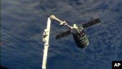 Phi thuyền chở hàng Cygnus vừa cập vào Trạm không gian, ngày 29/9/2013