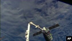 NASA je emitovala snimak procesa privlačenja teretne kapsule Signus i njenog spajanja sa Međunarodnom svemirskom stanicom