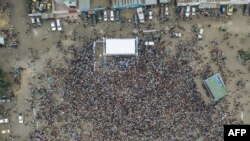 Les gens se rassemblent pour assister au rassemblement du chef du parti politique de la République démocratique du Congo, le Mouvement pour la libération du Congo (MLC), Jean-Pierre Bemba, à son retour en République démocratique du Congo le 23 juin 2019 à