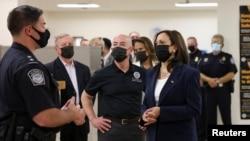 美國副總統賀錦麗與美國國土安全部部長馬約卡斯一同訪問美-墨邊境附近的埃爾帕索移民處理中心。哈里斯在訪問期間與一名美國邊境巡邏隊特工交談。(2021年6月25日)