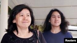 آموس یی (دائیں) سنگاپور کی ایک عدالت میں اپنی والدہ کے ہمراہ آتے ہوئے (فائل فوٹو)