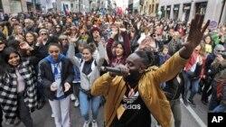 DJ Simon Samaki Osagie, bersama para pengunjuk rasa, bernyanyi saat unjuk rasa anti-rasisme di Milan, Italia, 2 Maret 2019
