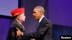 Tổng thống Barack Obama bắt tay ông Daniel M. Dellinger, người đứng đầu tổ chức cựu chiến binh American Legion tại Hội nghị toàn quốc lần thứ 96 của tại Charlotte, North Carolina, 26/8/2014.