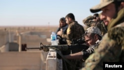 Archives : Un combattant des Forces démocratiques syriennes (SDF) examine la portée de son arme dans le village de Tal Samin, au nord de la ville de Raqqa, en Syrie, le 19 novembre 2016. REUTERS / Rodi Said - RTSSERJ