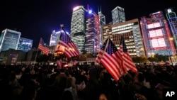 28일 홍콩 민주화 시위대가 미국 성조기를 들고 있다. 도널드 트럼프 미국 대통령은 전날 워싱턴에서 홍콩인권법에 서명했고, 중국 정부는 강력 반발했다.