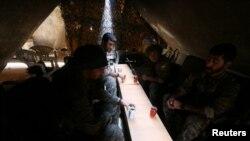 在拉卡叙利亚民主力量战士在帐篷中休息喝茶。