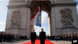 法国总统马克龙和中国国家主席习近平在法国凯旋门出席献花仪式(2019年3月25日)