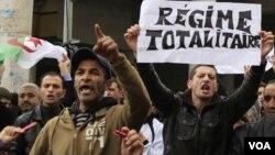 Demonstran anti-pemerintah sempat berunjukrasa di ibukota, Algiers, bulan Februari lalu.