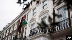 서부 아프리카 국가 감비아가 3일 영연방 탈퇴를 선언한 가운데, 런던에 있는 감비아 고등판무관실에 감비아 국기가 걸려있다.