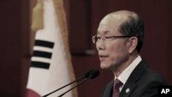 김유근 국가안보실 1차장이 22일 청와대에서 한일 군사정보보호협정(GSOMIA·지소미아) 관련 브리핑을 하고 있다.