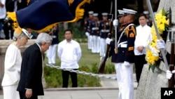 Nhật hoàng Akihito và Hoàng hậu Michiko đặt vòng hoa tại tượng đài Tiến sĩ Jose P. Rizal, Anh hùng của Philippines tại Manila, ngày 27/1/2016.