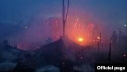 စစ္ေတြၿမိဳ႕နယ္မွာရွိတဲ့ အုန္းေတာႀကီးေျမာက္ေက်းရြာ ဒုကၡသည္စခန္းမွာ မီးေလာင္မႈျမင္ကြင္း။ (ဓာတ္ပံု - Rakhine Fire Force - ၾသဂုတ္ ၂၀၊ ၂၀၂၀)