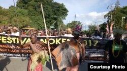 """Ratusan warga Papua di kota Sorong ikut meramaikan """"Festival Noken""""."""