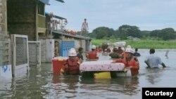 မႏၱေလးတိုင္း အမရပူရၿမိဳ႕ ေရႊဂဲ ေရထိန္းတံခါး က်ိဳးေပါက္ခဲ့တာေၾကာင့္ ကူညီကယ္ဆယ္ေရးမ်ား လုပ္ေပးေနတဲ့ ျမင္ကြင္း။ (ဓာတ္ပံု - Myanmar Fire Services Department - ဇူလိုင္ ၂၀၊ ၂၀၂၀)