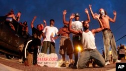 Manifestantes protestan en Ferguson con las manos arriba.