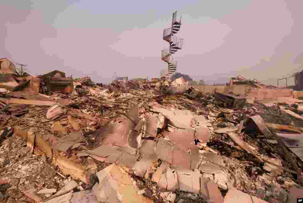 Restos calcinados de una casa en Malibu, Calif., Nov. 10, 2018. Las autoridades aprovecharon condiciones temporales de calma el sábado para evaluar los daños del incendio que quemó cientos de hectáreas en las afueras del centro de Los Angeles.