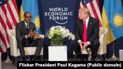 Perezida Paul Kagame w'u Rwanda ari mu bamaganye ivyo Trump yavuze kuri OMS. Ino foto ari kumwe na Trump, yafashwe mu 2016 bari mu nama mu vy'ubutunzi i Davos mu Busuwise.