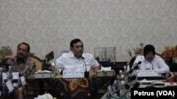 Menko Maritim Luhut Binsar pandjaitan (tengah) diapit Walikota Surabaya Tri Rismaharini dan Sekdaprov Jawa Timur Ashmad Sukardi, menyampaikan paparan mengenai gerakan budaya bersih dan senyum di Balikota Surabaya, Selasa 6 Desember 2016 (Foto:VOA/Petrus).