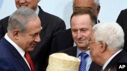 以色列总理内塔尼亚胡(左)会见巴勒斯坦总统阿巴斯(右)(2015年资料照片)