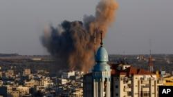 Дым поднимается после налета израильских ВВС на один из районов города Газа-Сити на севере полосы Газа. 20 августа 2014 г.