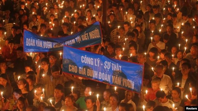 Giáo dân tổ chức thắp nến cầu nguyện cho ông Đoàn Văn Vươn và người thân sớm được phóng thích nhân dịp lễ Phục sinh tại nhà thờ Thái Hà ở Hà Nội, ngày 31/3/2013.