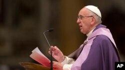 Paus Fransiskus saat memimpin liturgi di Basilika Santo Petrus di Vatikan (4/3). (AP/Alessandra Tarantino)