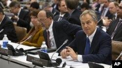 23일 뉴욕에서 열린 팔레스타인 정부 원조 회의에 참석한 나빌 카시스 팔레스타인 재무장관(왼쪽)과 토니 블레어 영국 전 총리.