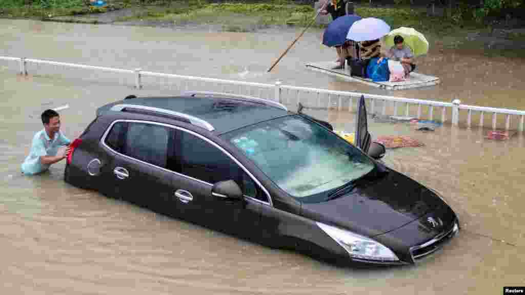 Une voiture inondée après le typhon Soundelor qui a frappé, Fuzhou en Chine, 9 août 2015.