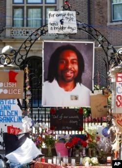 被警察射杀的黑人卡斯迪尔的肖像被挂在明尼苏达州州长家的门口(2016年7月25日)