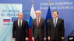Từ trái: Tổng thống Nga Vladimir Putin, Chủ tịch Hội đồng Châu Âu Herman Van Rompuy và Chủ tịch Ủy ban châu Âu Jose Manuel Barroso tại Hội nghị thượng đỉnh Nga-EU.