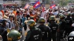 27일 캄보디아 프놈펜에서 민영방송 설립을 요구하는 시위대가 경찰과 대치하고 있다.
