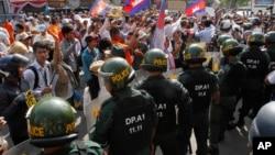 Cảnh sát chống bạo động Campuchia chận dòng người biểu tình, do nhà hoạt động nhân quyền nổi tiếng Mam Sonando dẫn đầu, yêu cầu chính phủ cho phép mở một đài truyền hình mới ở Phnom Penh, 27/1/14