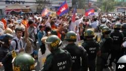 Polisi anti huru-hara Kamboja menghadang para demonstran yang dipimpin oleh pemilik stasiun radio Radio Beehive, Mam Sonando, saat berunjuk rasa menuntut ijin bagi sebuah stasiun televisi independen di Phnom Penh, Kamboja (27/1).