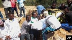 Seorang korban tewas akibat kekerasan dimakamkan di Bujumbura, Burundi hari Minggu (28/6).