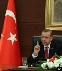 Thủ tướng Thổ Nhĩ Kỳ Erdogan nói chuyện với báo giới trong văn phòng riêng ở Ankara, 23/4/2014
