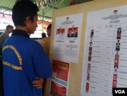 Seorang warga binaan Rumah Tahanan (Rutan) Cipinang sedang memperhatikan daftar calon anggota legislatif dalam pemilihan legislatif dan pemilihan presiden 2019 di Rutan Cipinang, Jakarta Timur, 17 April 2019. (Foto: Fathiyah Wardah/VOA)