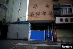 资料照:据信最初被发现新冠病毒的武汉华南海鲜市场的入口被堵住。(2020年3月30日)