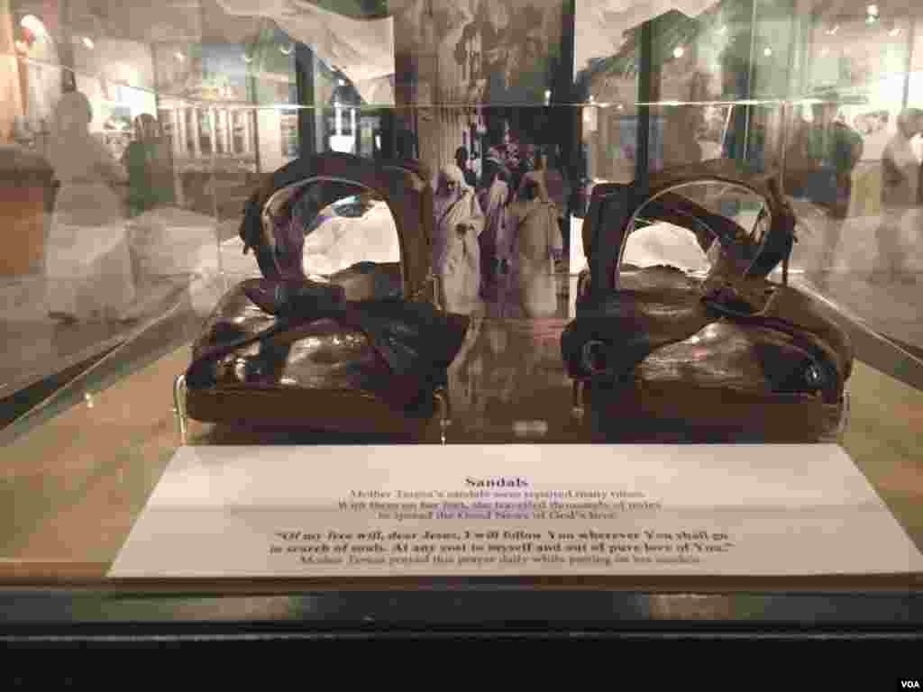 Estas son las sandalias que mostraban la sencillez de la Madre Teresa de Calcuta y que dejaban ver sus dedos amorfos. [Foto: Celia Mendoza, VOA].