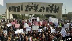 在巴格達集會的人士高呼反政府口號