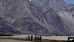游客在印度拉达克地区。这个地区与中国接壤,是两国间长期领土争端的核心。