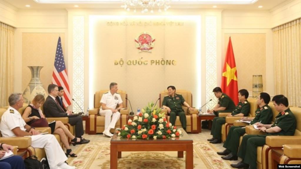 Đô đốc Philip Davidson, Tư lệnh Bộ Tư lệnh Ấn Độ Dương - Thái Bình Dương và Bộ trưởng Quốc phòng Việt Nam Ngô Xuân Lịch, ngày 16/4/2019. (Photo: VNA)