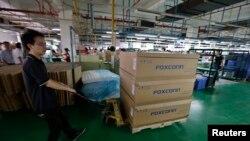 Un homme pousse un chariot chargé de boîtes dans l'usine de Foxconn à Wuhan, dans la province de Hubei, le 31 août 2012. L'usine assemble des produits pour de nombreux fabricants de gadgets, dont Apple. (REUTERS/Stringer)