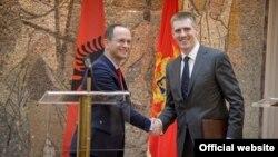 Ministri vanjskih poslova Albanije i Crne Gore, Ditmir Bušati i Igor Lukšić, rukuju se na konferenciji za novinare u Podgorici (Autor: Biro)
