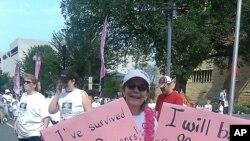 دهخیلی شهممۆ لهگهڵ خانم گێری کلۆپ دهدوێت که تهمهنی 90 سـاڵه و 42 سـاڵ لهمهوبهر تووشی نهخۆشی شێرپهنجهی مهمک بووه، واشنتن، شهممه 5 ی شهشی 2010
