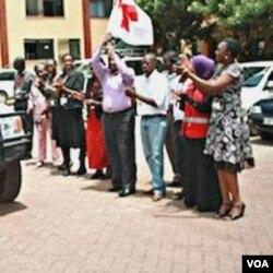 Pejabat Palang Merah Kenya, Dr. Muhammad Said dan para stafnya mempromosikan penggunaan kondom.